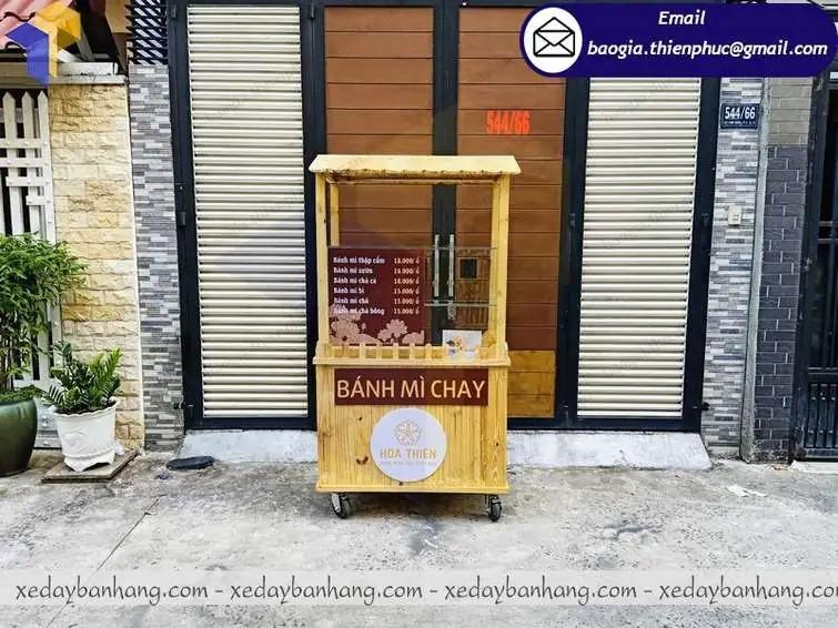 xe gỗ bán bánh mì lưu động